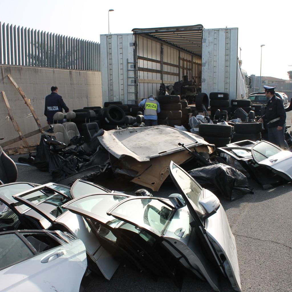 """Quattro bulgari sorpresi a """"cannibalizzare"""" auto rubate"""