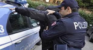 NAPOLI. POLIZIOTTO LIBERO DAL SERVIZIO  SVENTA RAPINA