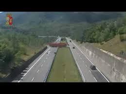 Camionista inverte la marcia in autostrada. Fermato dalla Polstrada