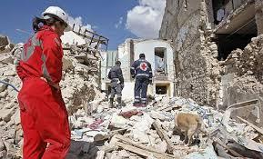 Terremoto, le tante storie di pura umanità che si raccontano da sè con le forze dell'Ordine e i volontari in primo piano