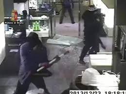 Rapinarono una gioielleria a colpi di mazza e ascia In manette 8 cittadini rumeni