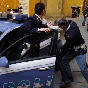 La Polizia di Stato di Trapani sta eseguendo 14 provvedimenti restrittivi nei confronti di altrettanti soggetti  in prevalenza pregiudicati, di Mazara del Vallo, Castelvetrano e Palermo, ritenuti responsabili di una serie di rapine a mano armata