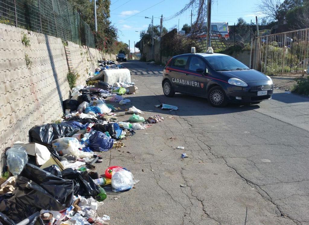 Carabinieri.  Distinta Signora butta immondizia per strada.  Sanzionata con 600 euro di multa.