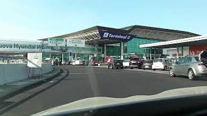 """L'aeroporto  Intercontinentale """" Leonardo Da Vinci"""" di Fiumicino rappresenta il primo aeroporto d'Italia, in termini di dimensioni, importanza e ovviamente per numero di passeggeri (oltre 40, milioni ), traffico, tra l'altro, destinato ad un ulteriore importante ampliamento"""