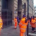 Protesta dei lavoratori del settore rifiuti, raccolta avviata solo in tarda mattinata