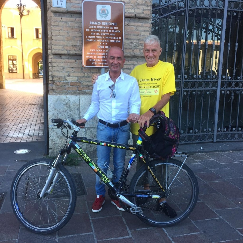 Il ciclista giramondo Janus River premiato dal sindaco Formica