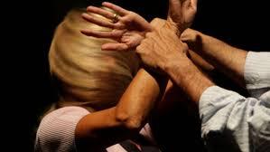 Violenza fisica e psicologica tra le mura di casa. Scatta il divieto di avvicinamento a moglie e figlia