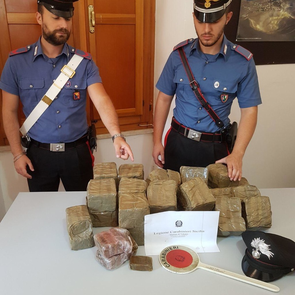 Vulcano: rinvenuti 30 kg di hashish dai Carabinieri