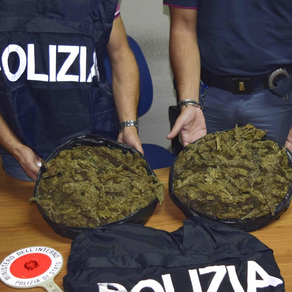 Milazzo – Duplice arresto alla fermata dei bus. La Polizia sequestra 2 kg di marijuana nascosti tra patate e cipolle