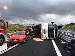 Villa San Giovanni: Pullman diretto in Sicilia si ribalta allo svincolo autostradale.  15 i feriti, 2 donne in gravi condizioni