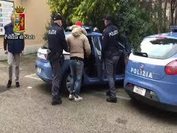 La Polizia di Stato di Pescara ha arrestato in flagranza un cittadino bosniaco ed uno italiano sorpresi poco dopo aver effettuato una rapina in casa