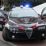 Prende a calci le auto in sosta e tenta di aggredire i passanti: arrestato dai Carabinieri