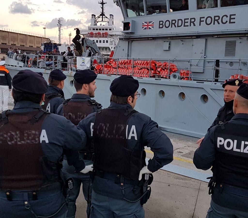 La Polizia di Stato ferma due tunisini sbarcati ieri nelle coste messinesi. A procedere la Squadra Mobile della Questura di Messina