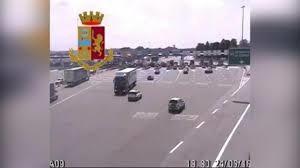 La Polizia stradale di Como multa e ritira la patente al conducente di un tir che fa inversione in autostrada