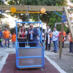 Inaugurata l'altalena per disabili a villa Nastasi