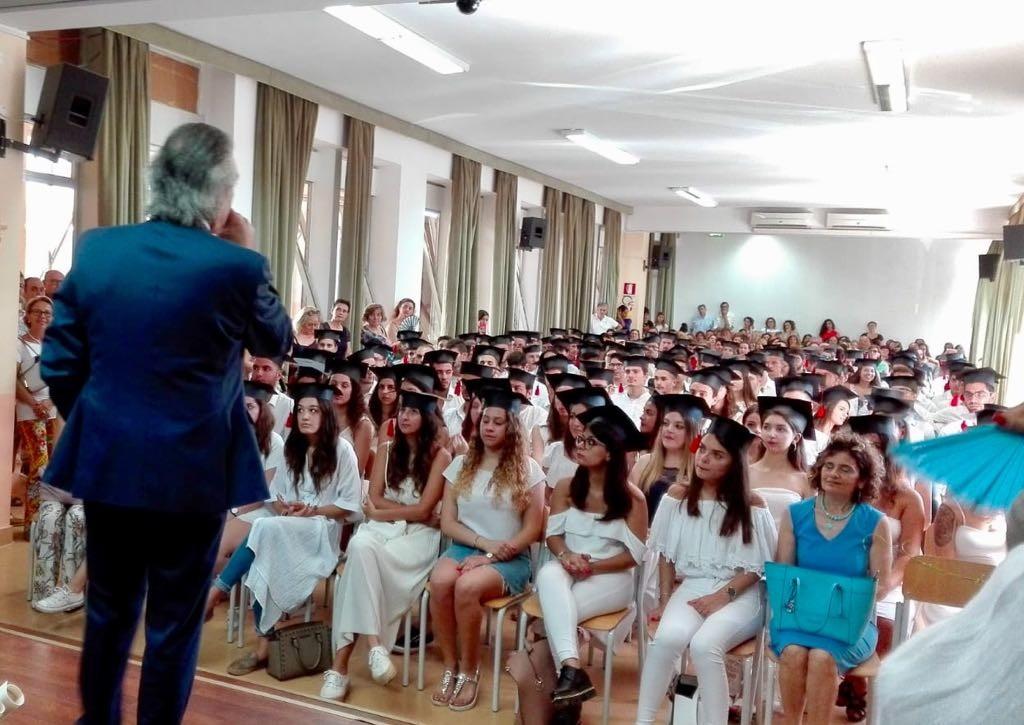 """DIPLOMA DAY"""". Il MAJORANA di MILAZZO FESTEGGIA CON UNA GRANDE CERIMONIA A SCUOLA I SUOI 270 NUOVI DIPLOMATI"""