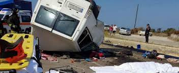 Foggia: dopo 7 ore i corpi dei 12 braccianti morti sono ancora abbandonati a terra