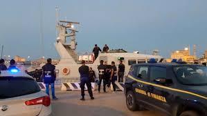 ARRESTATI SEI SCAFISTI –  Arrestati sei membri dell'equipaggio di un motopesca tunisino sorpreso mentre trainava verso Lampedusa un barchino che trasportava 14 migranti.