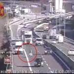 Si lancia tra TIR e auto per recuperare la merce perduta sull´A/11: bloccato dalla Polstrada