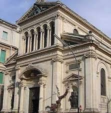 Dà in escandescenza nella basilica di Sant'Antonio danneggiando porte e scagliandosi contro gli agenti. La Polizia di Stato arresta messinese