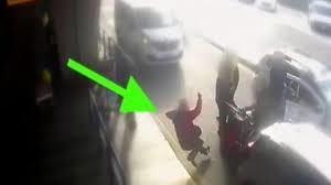 Individuato dalla Polizia di Frontiera dello scalo Fiumicino: chiede applicazione tassametro, tassista gli sferra pugno