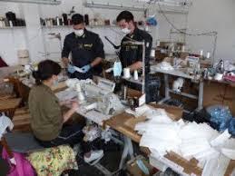 GdF di Prato – Dallo sfruttamento del lavoro alle frodi nelle pubbliche forniture di mascherine chirurgiche: 13 arresti in flagranza, 90 clandestini individuati e milioni di mascherine sequestrate