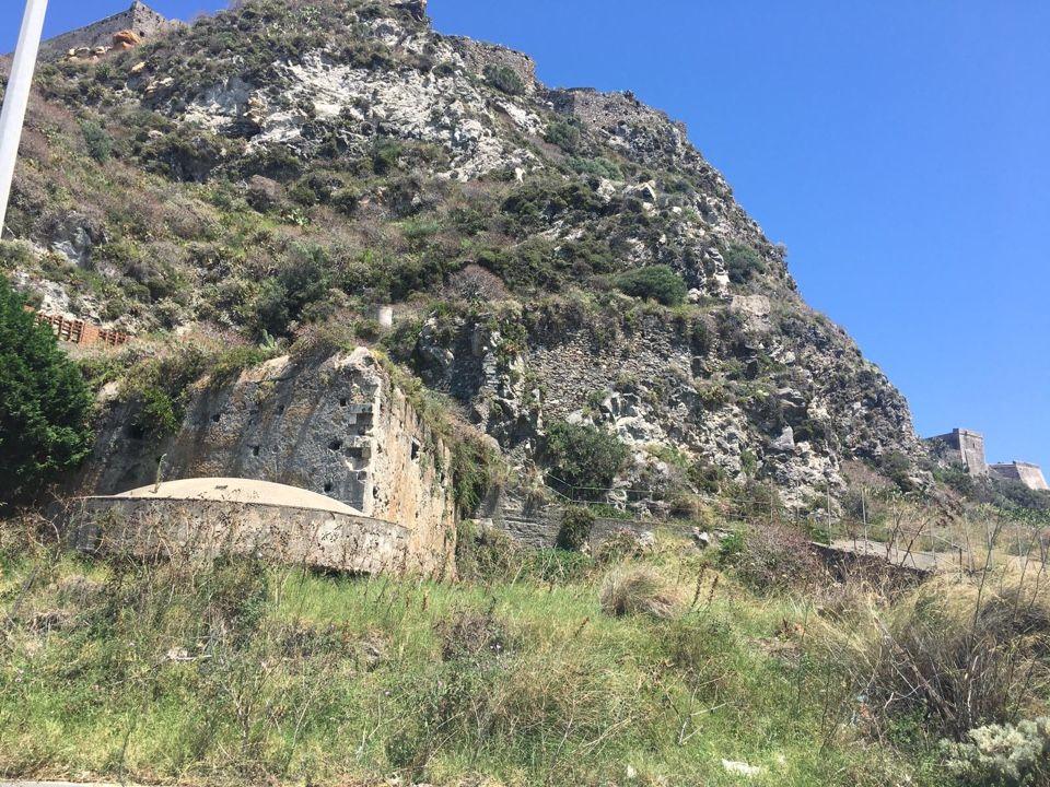 Foto che mostrano una postazione di difesa inglobata in una proprietà privata tramite una spessa rete nella zona sotto il Castello subito dopo il campo sportivo. Cittadinanzattiva Milazzo
