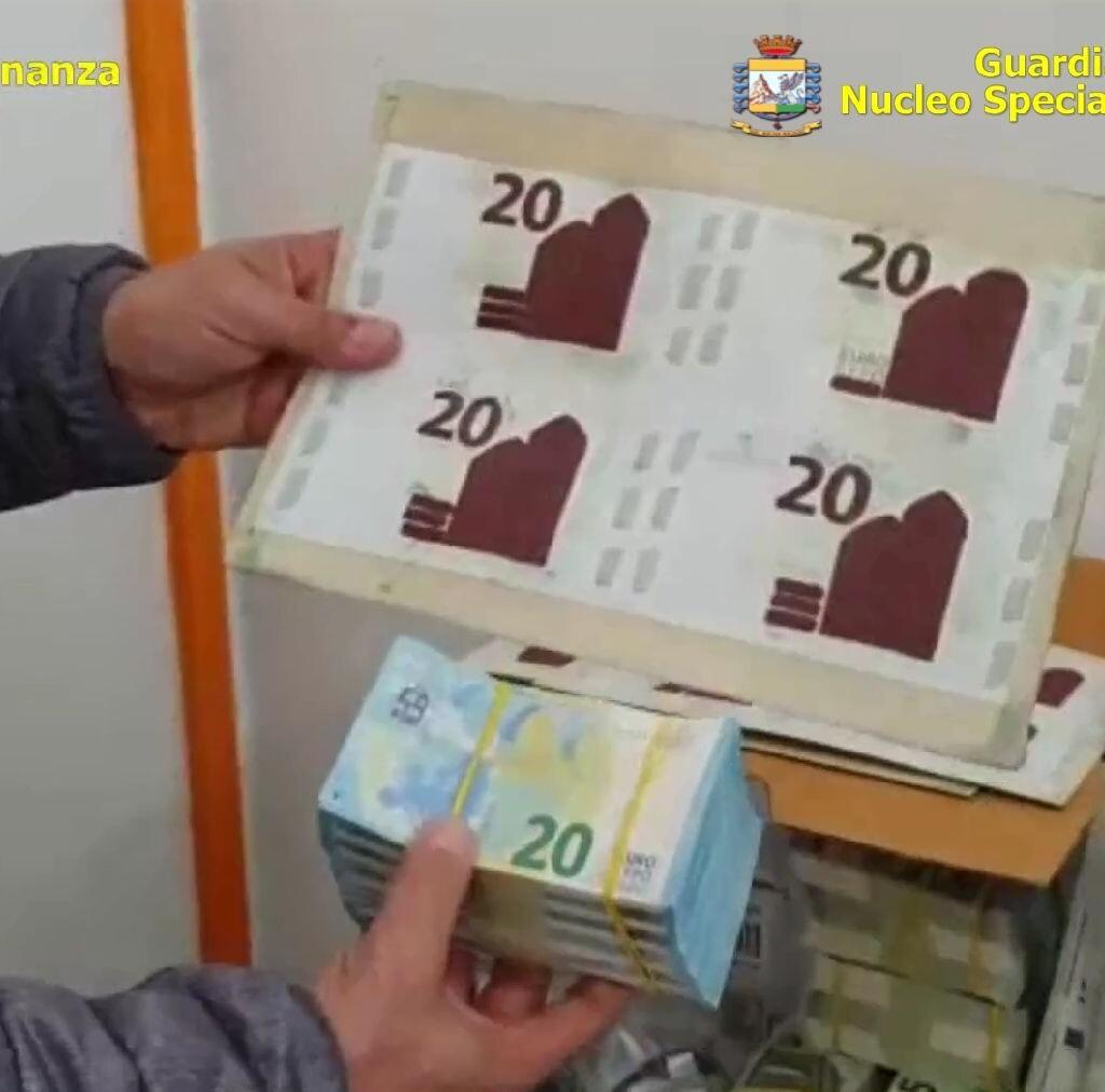 Napoli, stamperia clandestina con banconote false sequestrata dalla Gdf